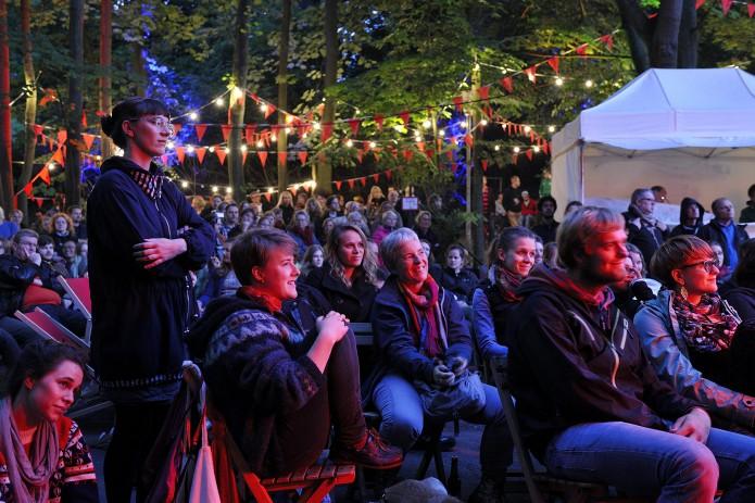 Unter Sternenhimmel, Lichter- und Wimpelketten lauscht das Publikum der Musik. Foto: BSM / Daniel Möller