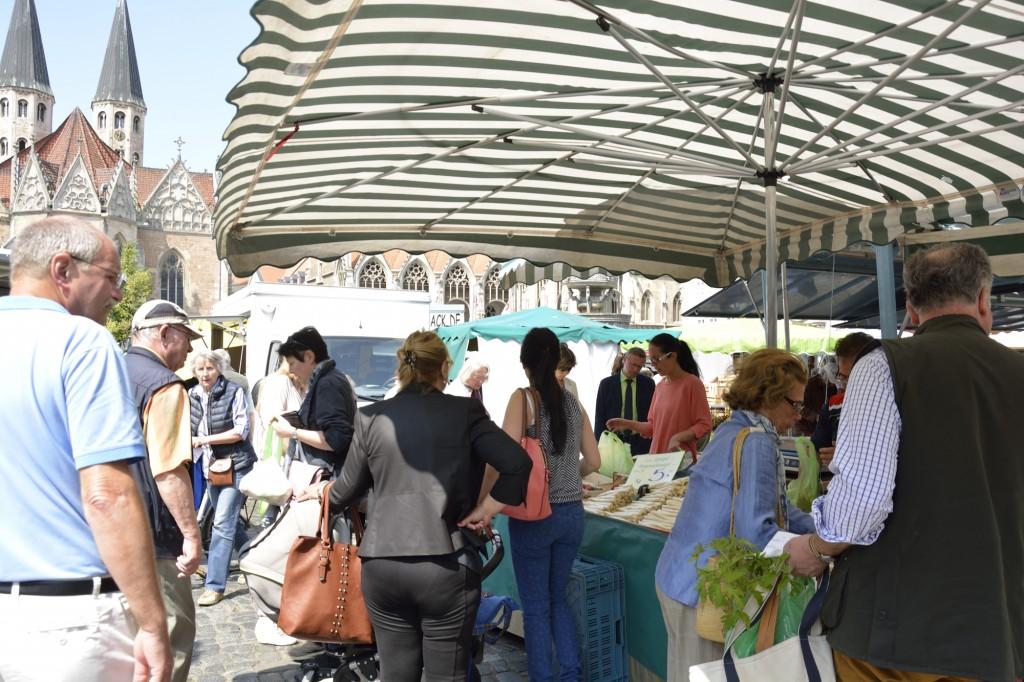 Im Frühling ist frischer Spargel das Lieblingsgemüse der Marktbesucher. Foto: BSM