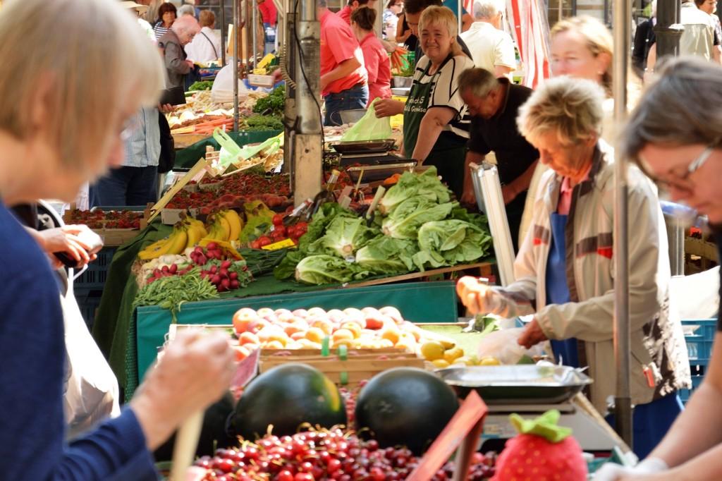 Frisches Obst und Gemüse gibt es jeden Mittwoch und Samstag auf dem Wochenmarkt auf dem Altstadtmarkt. Foto: BSM