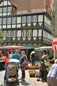 Zwischen wunderbare verzierten und historischen Gebäuden bieten die Marktleute ihre Waren an. Foto: BSM