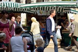 Auf den Stufen vor dem Gewandhaus lässt es sich gut vom Markteinkauf erholen. Foto: BSM