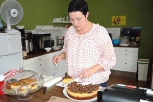 Saskia Deubel und portioniert ihrer leckeren Apfel-Schoko-Crossies-Torte. Foto: BSM
