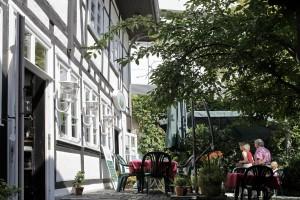 Der Innenhof ist eine kleine grüne Oase inmitten der Einkaufsstraße. Foto: Brodocz