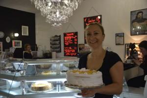 Sabine Pankau präsentiert stolz eine Torte, die ganz ohne Eier auskommt. Foto: BSM