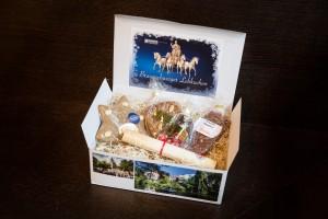 Die Braunschweiger Lebkuchenbox enthält in diesem Jahr Mumme-Lebkuchen, eine Honigkuchenstange mit Marzipan, einen Lebkuchenstern sowie das würzige Braunschweiger Magenbrot und kann für 16,90 Euro in der Touristinfo, Kleine Burg 14, den Bäckereien Fucke und Tutschek sowie der Bäckerei und Konditorei Kretzschmar erworben werden. Foto: BSM / Marek Kruszewski
