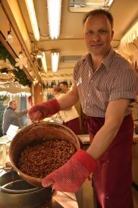 Markus Meier serviert mit vollem Körpereinsatz handgebrannte Mandeln. Foto: BSM