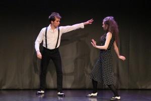 Sandra Berger und Frederike Günther legen beim Jour Fixe 13 eine Tanzeinlage ein. Foto: Stephen Dietl