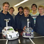 Thomas Holleis (4. v. links) und das Team CDLC mit ihrem Modellfahrzeug Carolinchen (in grün am Steuer: Maskottchen Manfred). Rechts ist das Ersatzfahrzeug zu sehen.