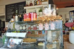 Kuchen und Quiche sind hinter der dekorierten Vitrine zu finden.  Foto: BSM