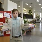 Fabian absolviert schon in der Bibliothek seine erste Trainingseinheit. Foto: BSM