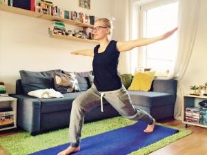 Diese Übung wirkt kräftigend für die Bein- und Gesäßmuskeln. Sie ist eine der verschiedenen Krieger-Figuren. Foto: BSM