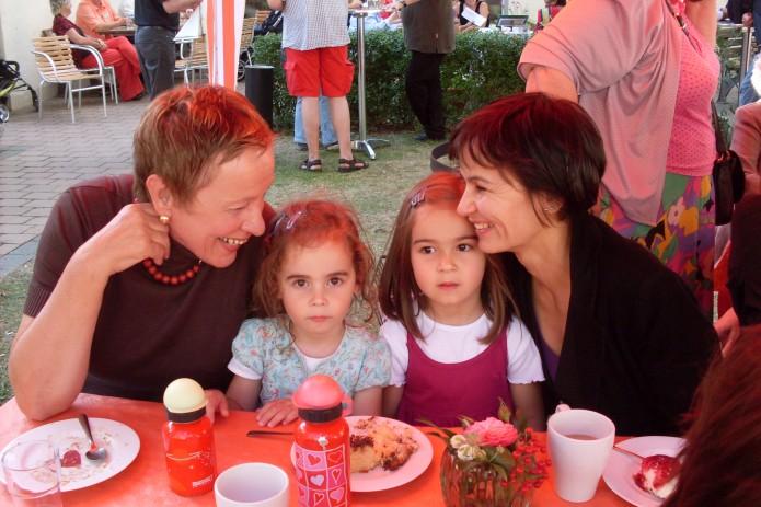 Wunschgroßoma Heide Dohrin gemeinsam mit ihren Enkelinnen