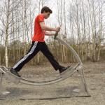Das Wellenlaufen soll die Beweglichkeit in Hüfte und Beinen fördern.