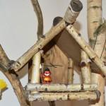 Der kleine Indianer bewacht aus seinem Vogelhäuschen den Laden. Foto: BSM