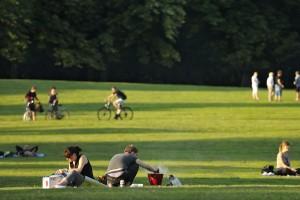 Picknicken im Prinzenpark. Foto: BSM/Daniel Möller