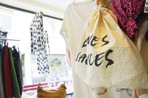 Was innerhalb einer bestimmten Zeit nicht verkauft wird, geht zurück an den Besitzer oder wandert zur Kleiderbörse. Foto: BSM