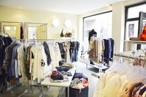 Klare Trennung: Auf der Seite mit den Umkleidekabinen hängen die Secondhand-Kleider, auf der gegenüberliegenden Seite die Kleidung von Vertretern. Foto: BSM
