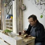 Dr. Uwe Meier genießt das Essen im bellybuttonfood. Foto: BSM