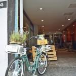 Hier geht´s lang: Das Fahrrad weist den Weg in den Hinterhof. Foto: BSM