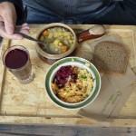 Suppe, drei Salate und ein Getränk sind das Kunterbunte Menü im Bellybottonfood. Foto: BSM