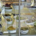 Die reich befüllte Salattheke. Foto: BSM