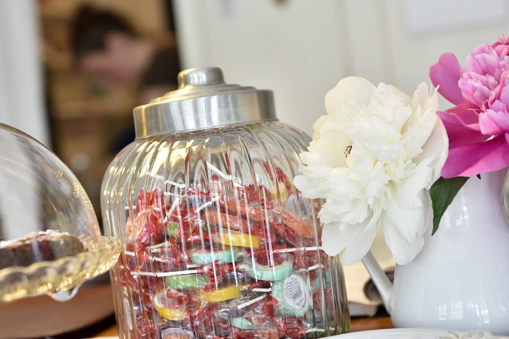 Die liebevolle Einrichtung spiegelt sich auch in kleinen Details wider: Blumen und Bonbons. Foto: BSM/Daniel Möller