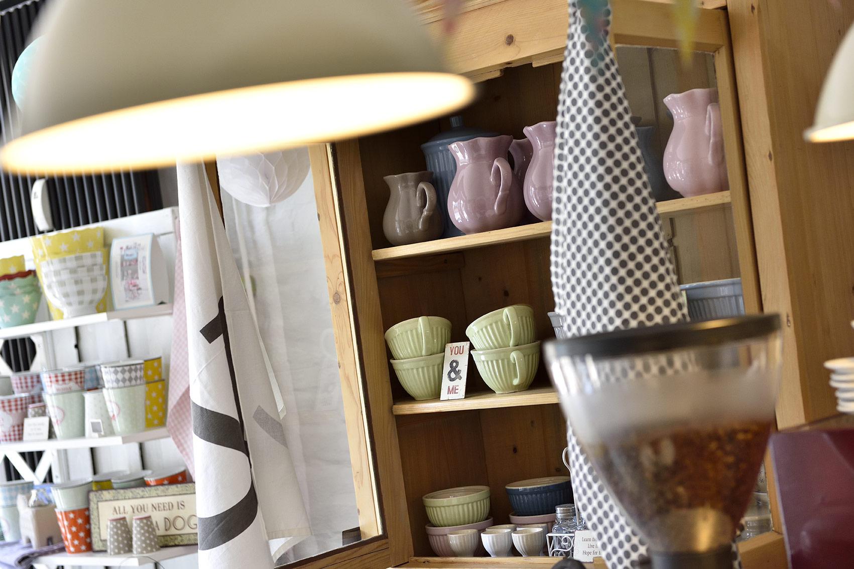 Hinter dem Begriff skandinavische Wohnaccessoires verbergen sich wunderschöne Tassen, Krüge, Schalen und anderer Krimskrams, den man unbedingt haben möchte. Foto: BSM/Daniel Möller
