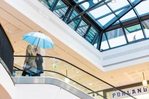 Ein Forscher erklärt einer Besucherin während einer Rolltreppenfahrt sein Forschungsbereich. Foto: Haus der Wissenschaft GmbH