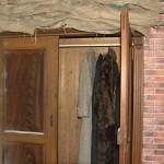 Im Wandschrank befinden sich dicke Wintermäntel. Zum Anziehen sind die aber nicht gedacht. Foto: BSM
