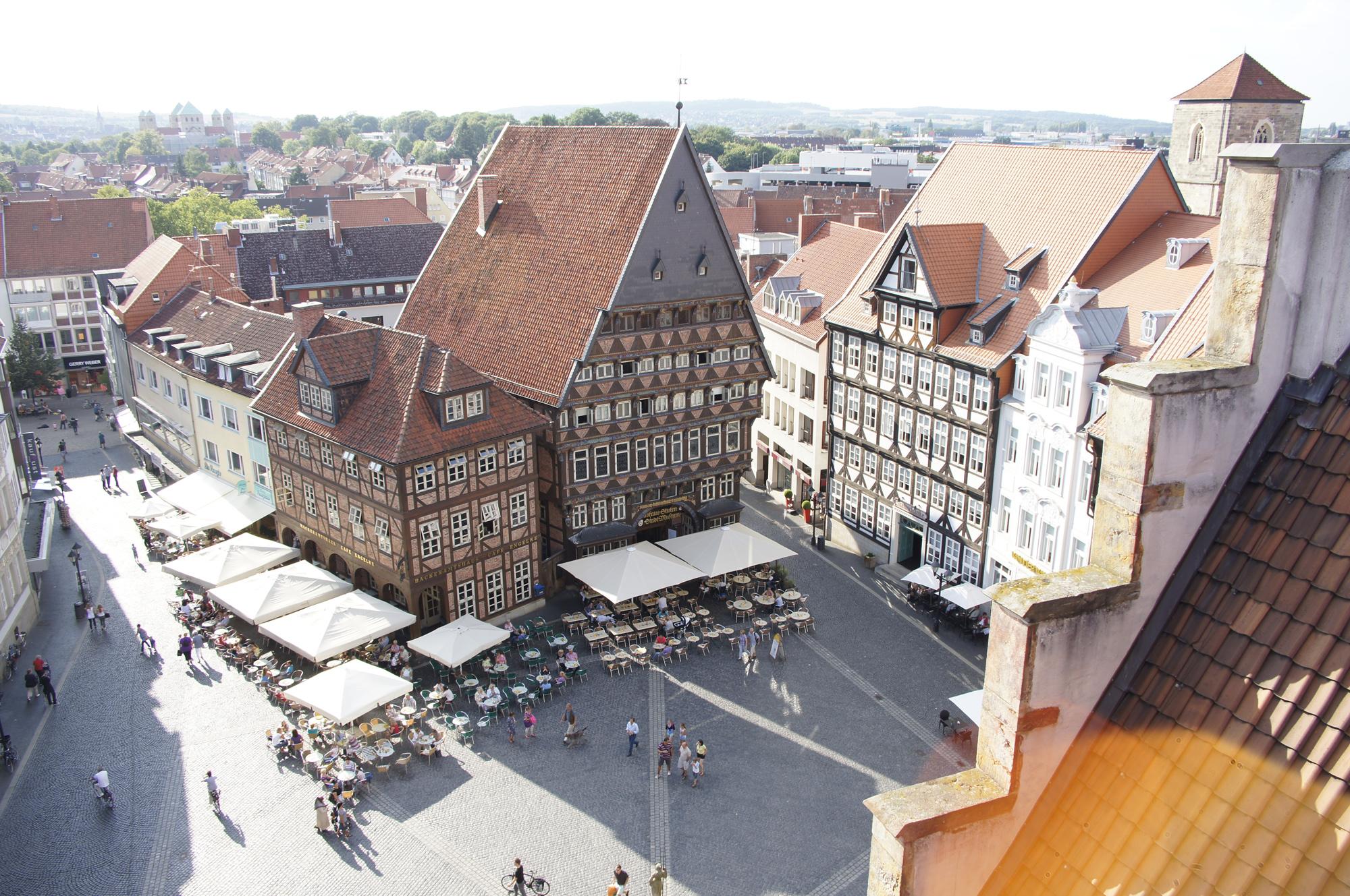 Bei Sonnenschein lässt es sich auf dem Hildesheimer Marktplatz wunderbar aushalten. Foto: Hildesheim Marketing
