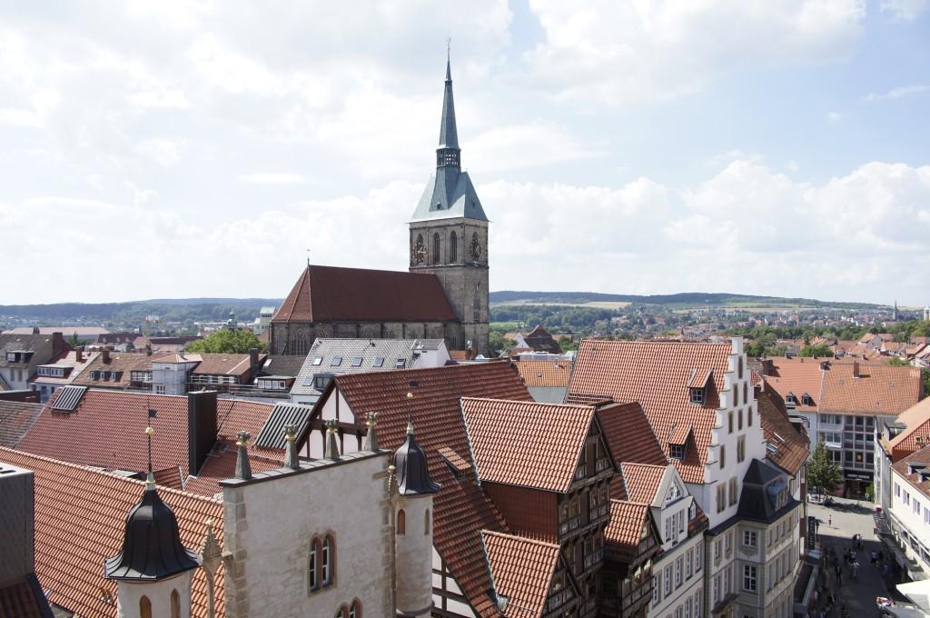 Blick über die Dächer von Hildesheim. Im Mittelpunkt: St. Andreas. Foto: Hildesheim Marketing