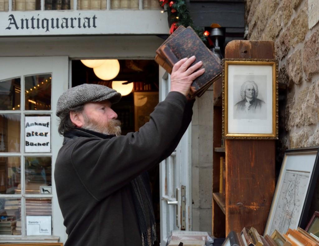 Inhaber Jürgen Fuhrmann bestückt die Regale des kleinsten Antiquariats Braunschweigs mit wertvollen Büchern. Foto: BSM