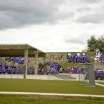 Direkt vor der Skateanlage befindet sich ein Kunstrasenplatz zum Fußballspielen.