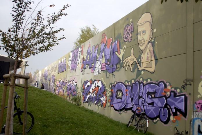 Graffitis hinter der Skateanlage.