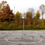 Ein wenig versteckt hinter der Skateanlage befindet sich ein Basketballfeld.