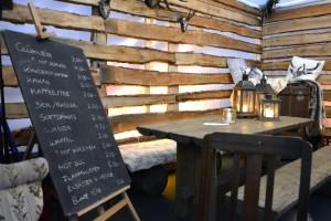 In dem Paragonzelt kann man vor oder nach der Schlittschuhfahrt warme Snacks und Getränke genießen. Foto: BSM