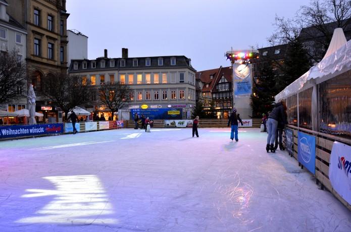 Mit Einbruch der Dunkelheit tauchen die Scheinwerfer die Eisbahn und den Kohlmarkt in stimmungsvolles Licht. Foto: BSM