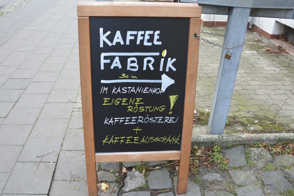 Das Schild führt Kaffee-Durstige in den Kastanienhof. Wobei der Kaffeegeruch auch ein guter Wegweiser ist. Foto: BSM