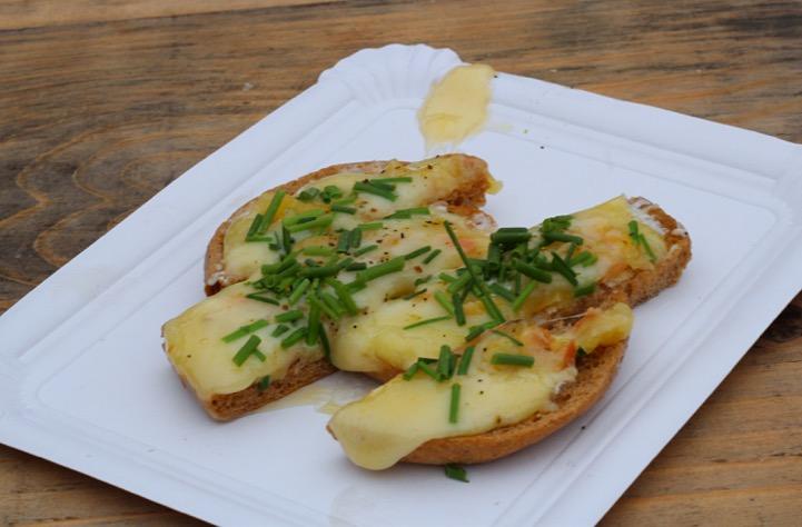 Kartoffelbrötchen mit Raclette-Käse für Schweiz-Fans. Foto: Kaviarkanone