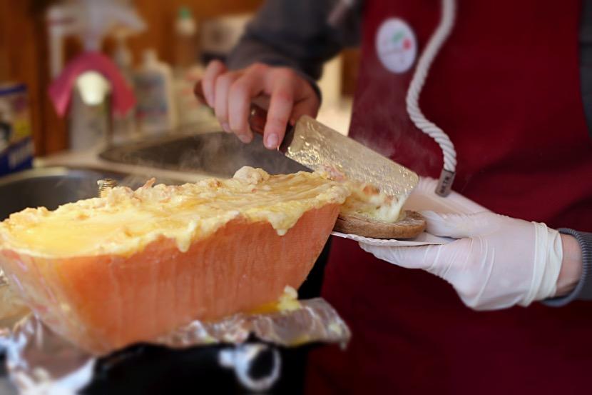 Der Käse wird unter der Heizlampe ständig warm gehalten. Foto: Kaviarkanone