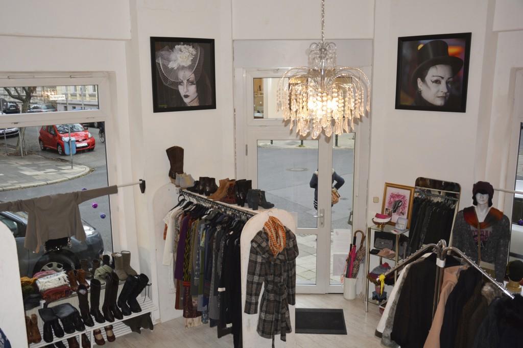 Die ersten Shopping-Begeisterten warten schon vor der Boutique darauf, zwischen den schönen Sachen stöbern zu können. Foto: BSM
