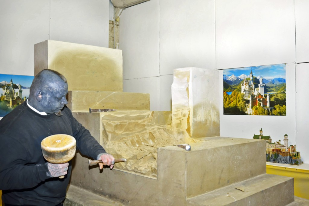 Im Hintergrund das Modell, nach dem Thomas Doneis den großen Sandsteinblock bearbeitet. Foto: BSM