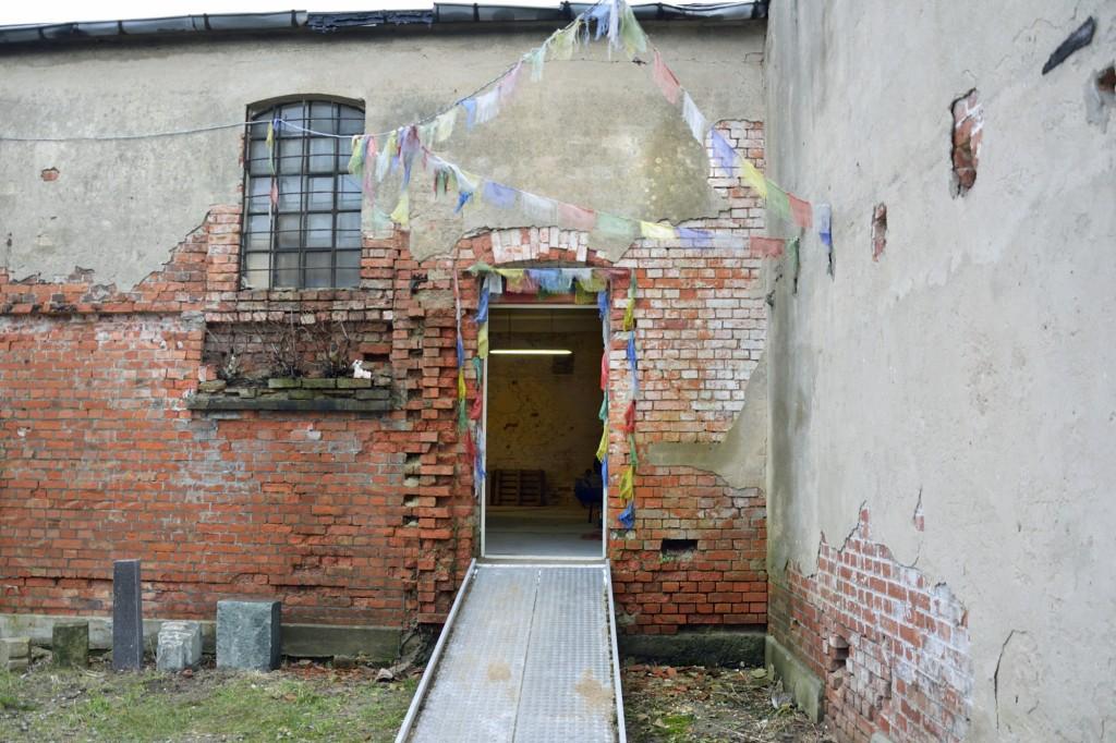 Am Eingang des Ateliers in der Taubenstraße 9 hängen tibetische Gebetsfahnen. Sie sollen Glück bringen. Foto: BSM