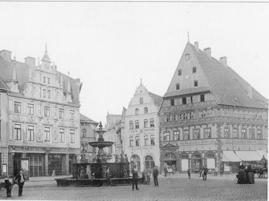 Der Kohlmarkt mit altem Sternhaus vor dem Abbruch 1894. Der Brunnen wurde 1869 nach einem Entwurf Oskar Sommers gebaut und steht bis heute. Foto: Elmar Arnhold/privat