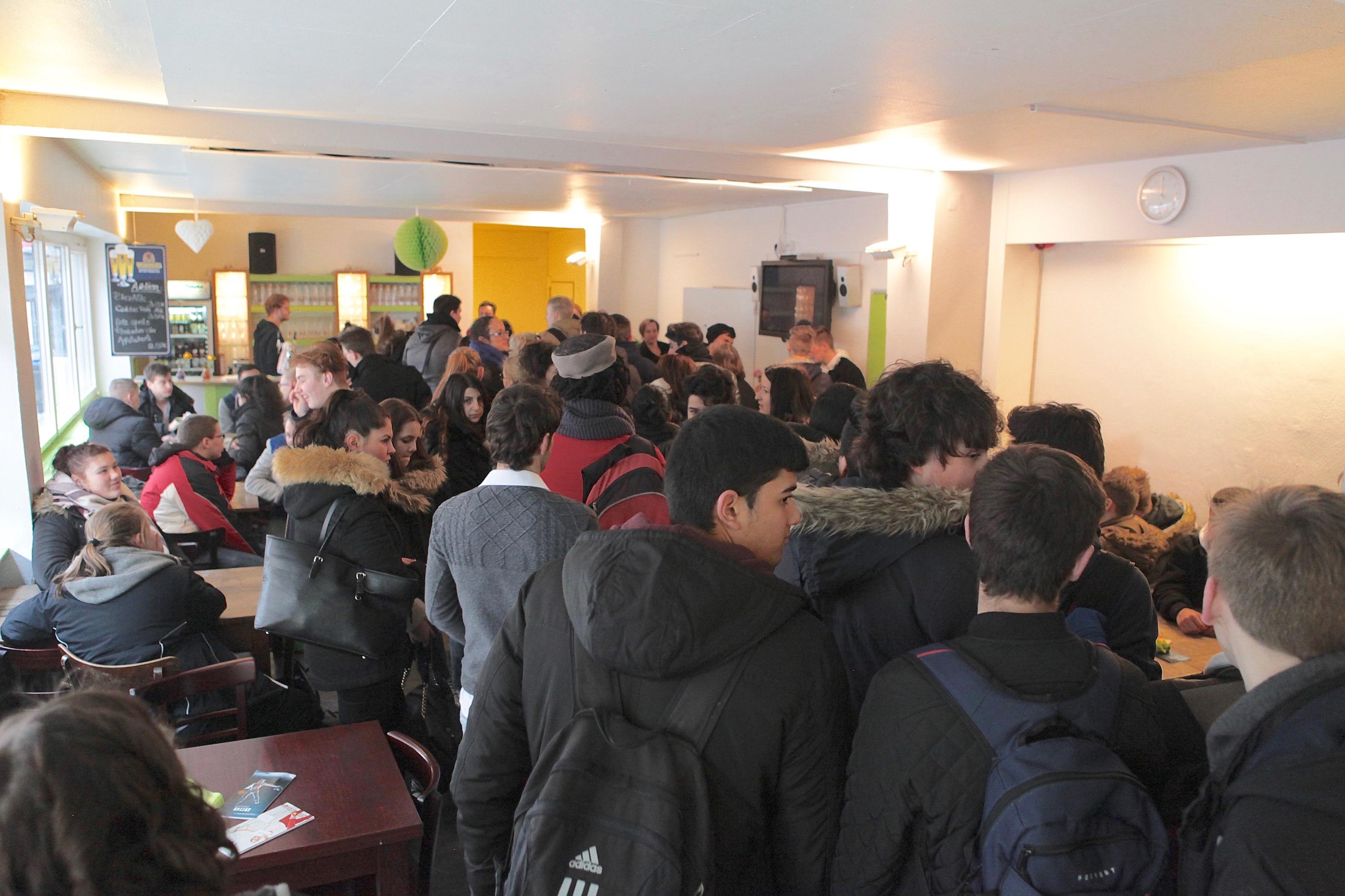 Die Jugendlichen drängen sich im Foyer des Theaters. Foto: André Pause