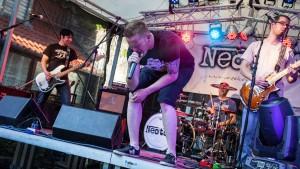 Die Band Neoton bei einem Auftritt. Sänger Tim gibt alles. Foto: Simon Zoltan