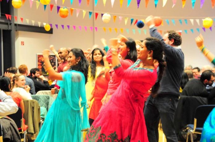 Sripriya (vorne, rotes Kleid) tanzt bei der Dwali-Party des HZI. Foto: Melissa Leao