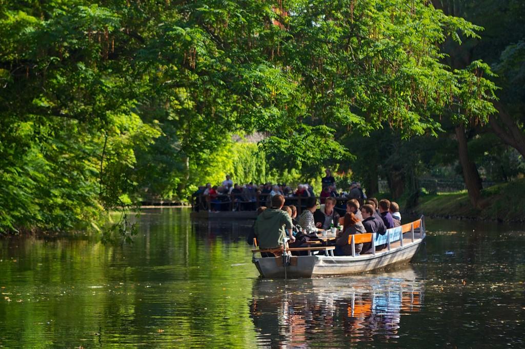 Wie der Fluß in Breit und Länge So manchen lustigen Nachen bewegt, Und, bis zum Sinken überladen, Entfernt sich dieser letzte Kahn. Foto: Gerald Grote