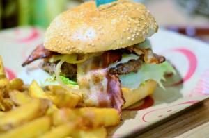 Mehr als Gurke und Tomatensoße: die Burger bei Burgerista. Foto: Annanikabu