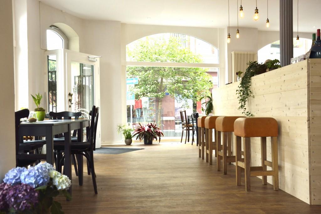 Die modern eingerichteten Räume des Cafés sind lichtdurchflutet. Foto: BSM